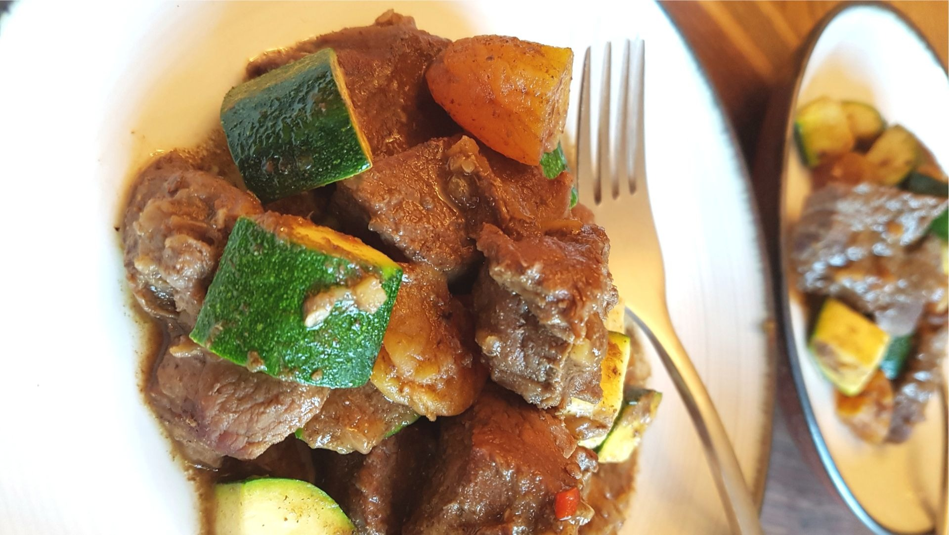 Beef stew with zucchini and apricots