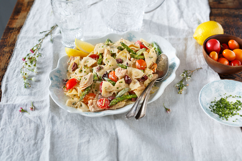 Farfalle pasta, tomatoes, black olives, tuna, asparagus and lemon wedges
