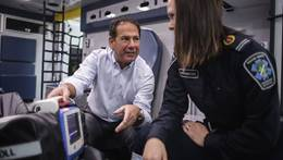 Dr. Sheldon Cheskes talks to paramedic Kim Kennedy. Le Dr Sheldon Cheskes parle avec Kim Kennedy, une ambulancière.